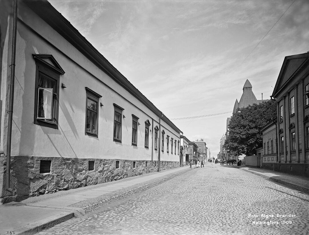 Katunäkymä osoitteesta Fredrikinkatu 30 ja toisesta kodista.