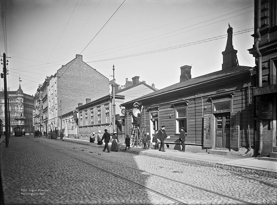 Katunäkymä osoitteesta Iso-Roobertinkatu 6 ja ensimmäisestä kodista.